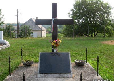 Szápár Hősi emlékmű 2010 07.22. küldő-kalyhas (1)