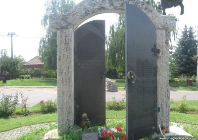 Szakoly világháborús emlékmű 2009.07.02.küldő-kalyhas (1)