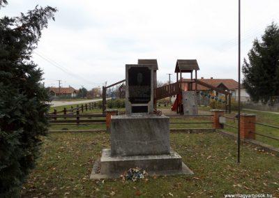 Szamosangyalos II. világháborús emlékmű 2014.11.22. küldő-kalyhas (1)