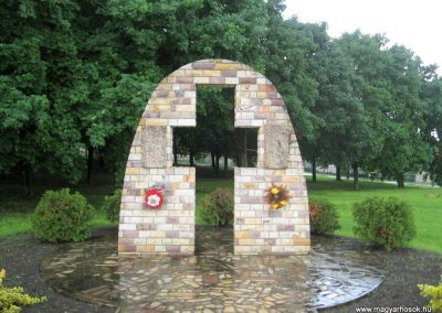 Szarvasgede világháborús emlékmű 2010.05.14. küldő-kalyhas (1)