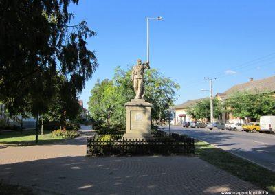 Szeged-Kiskundorozsma I.vh emlékmű 2011.08.20. küldő-kalyhas (1)
