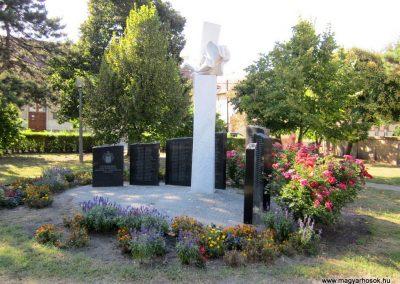 Szeged-Kiskundorozsma II.vh emlékmű 2011.08.20. küldő-kalyhas (10)