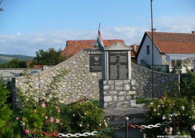Szendrőlád világháborús emlékmű 2009.07.27.küldő-Gombóc Arthur