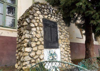 Szenyér II. világháborús emlékmű 2014. 10.25. küldő-kalyhas (4)