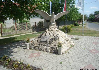 Szigetszentmárton Hősi emlékmű 2009.05.18.küldő-Huszár Peti (3)