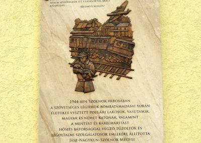 Szolnok - vasútállomás - II. világháborús emléktábla 2016.07.30. küldő-belamiki (1)