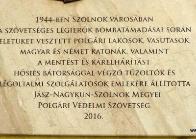 Szolnok - vasútállomás - II. világháborús emléktábla 2016.07.30. küldő-belamiki (2)