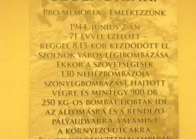 Szolnok - vasútállomás - II. világháborús emléktábla 2016.07.30. küldő-belamiki