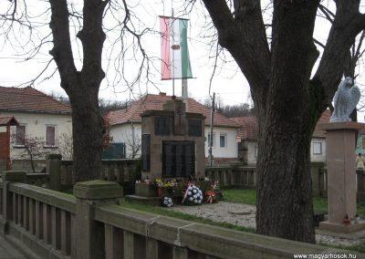 Szomolya világháborús emlékmű átalakítás után 2009.12.03. küldő - kalyhas (2)