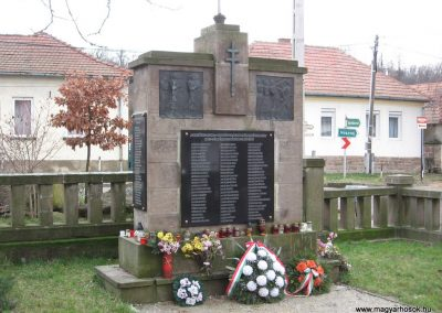 Szomolya világháborús emlékmű átalakítás után 2009.12.03. küldő - kalyhas (3)