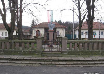 Szomolya világháborús emlékmű átalakítás után 2009.12.03. küldő - kalyhas