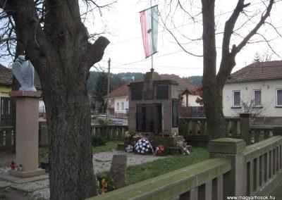 Szomolya világháborús emlékmű átalakítás után 2009.12.03. küldő - kalyhas (5)