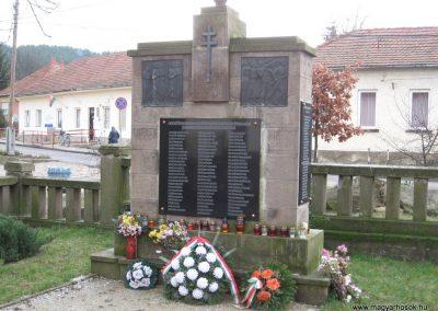 Szomolya világháborús emlékmű átalakítás után 2009.12.03. küldő - kalyhas (6)