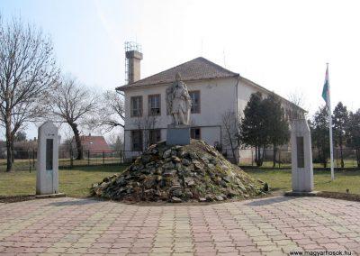 Tápiószele Hősi emlékmű 2011.03.11. küldő-kalyhas (1)