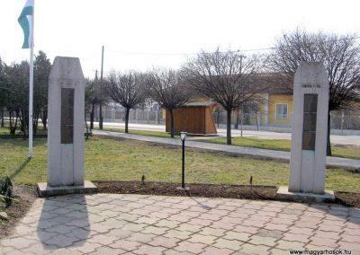 Tápiószele Hősi emlékmű 2011.03.11. küldő-kalyhas (3)