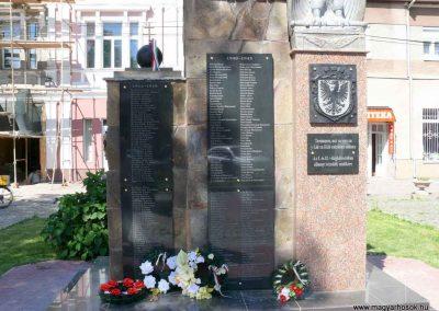 Técső világháborús emlékmű 2010.07.14. küldő-Horváth Zsolt Sajnos a II.vh-s áldozatok nevét csak cirill betűkkel írták ki,pedig 90%-uk magyar... (2)