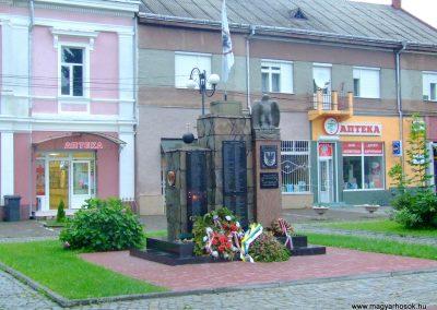 Técső világháborús emlékmű 2010.07.14. küldő-Horváth Zsolt Sajnos a II.vh-s áldozatok nevét csak cirill betűkkel írták ki,pedig 90%-uk magyar...