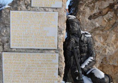 Tóalmás világháborús emlékmű 2008.12.21.küldő-arpisz (3)
