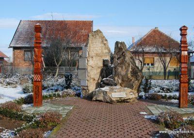 Tóalmás világháborús emlékmű 2008.12.21.küldő-arpisz
