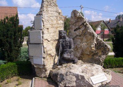 Tóalmás világháborús emlékmű 2014.09.18. küldő-Sümegi Csaba