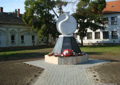 Túrkeve II.vh emlékmű 2009.10.25. küldő-Zebi
