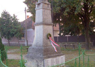 Takácsi világháborús emlékmű 2009.11.01. küldő-miki (3)