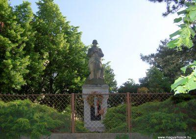 Taksony. Az I. világháború hõseinek emlékmûve a taksonyi templom kertjében