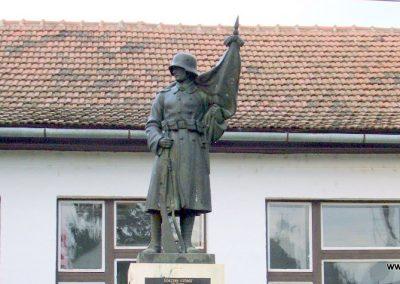 Tataháza világháborús emlékmű 2006.10.27. küldő-hegyimagnes (5)