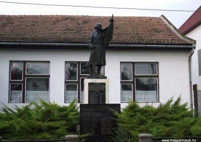 Tataháza világháborús emlékmű 2006.10.27.küldő-hegyimagnes