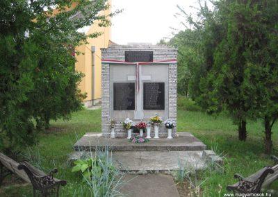 Tenk II.vh emlékmű 2007.06.13. küldő-kalyhas (1)