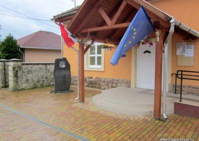 Tiszabábolna világháborús emlékmű 2011.07.30. küldő-kalyhas (1)