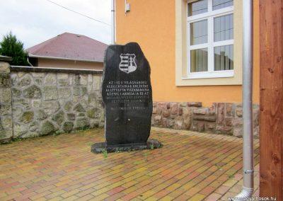 Tiszabábolna világháborús emlékmű 2011.07.30. küldő-kalyhas (2)