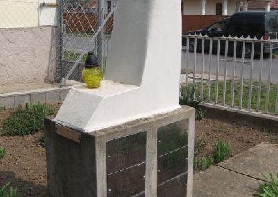 Tiszadob templomkert II.vh emlékhely 2009.04.09. küldő-kalyhas (2)