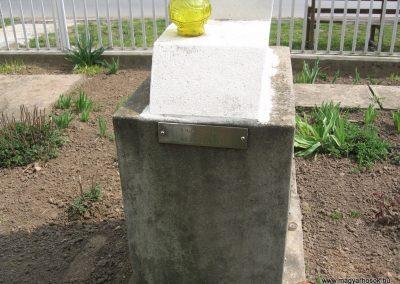 Tiszadob templomkert II.vh emlékhely 2009.04.09. küldő-kalyhas (5)