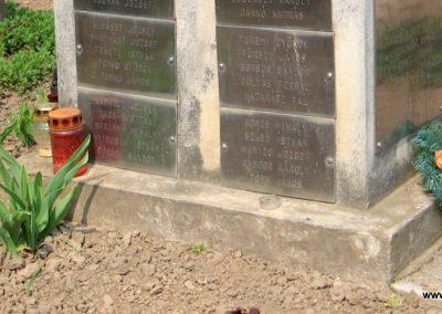 Tiszadob templomkert II.vh emlékhely 2009.04.09. küldő-kalyhas (8)