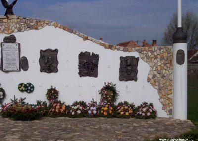 Tiszatenyő Hősi emlékmű 2009.04.02.küldő-miki (4)
