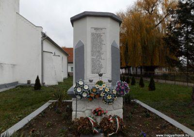 Ura világháborús emlékmű 2014.11.22. küldő-kalyhas (2)