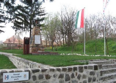 Váckisújfalu világháborús emlékmű 2009.04.10. küldő-kalyhas (1)