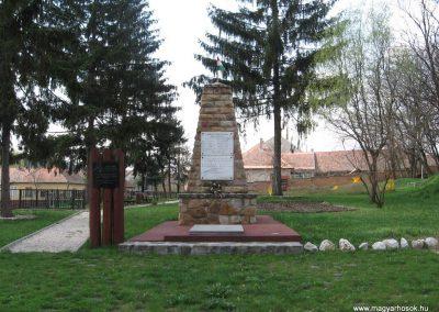 Váckisújfalu világháborús emlékmű 2009.04.10. küldő-kalyhas (2)