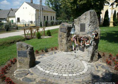 Várda hősi emlékmű 2010.08.04. küldő-Sümec (10)