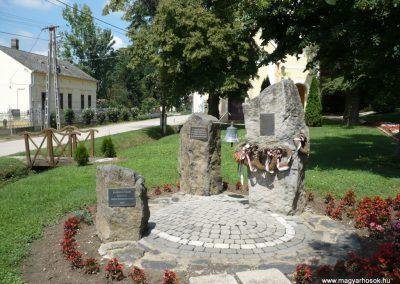 Várda hősi emlékmű 2010.08.04. küldő-Sümec