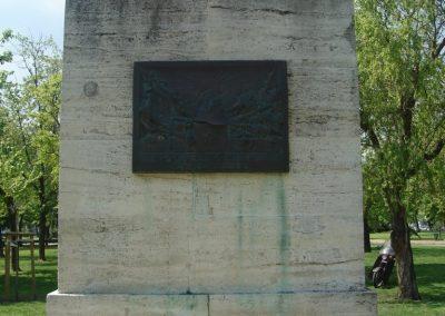 VIII. kerület Az egykori Ludovika épülete előtt világháborús emlékmű 2008.04.25.küldő-Huszár Peti (3)