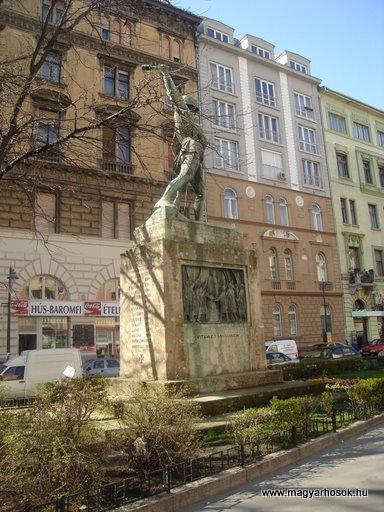 VIII. kerület Harminckettesek tere A 32-es Bp-i háziezred emlékműve 2008.04.02.küldő-Huszár Peti (6)