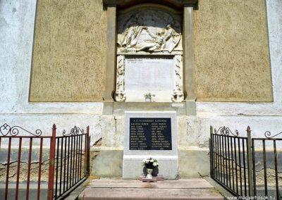I. és II. világháborús emléktábla, a katolikus templom hátsó falán.