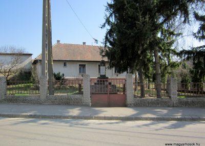 Varsány I.vh emlékmű 2012.04.03. küldő-kalyhas (1)