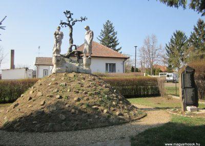 Varsány II.vh emlékmű 2012.04.03. küldő-kalyhas (1)