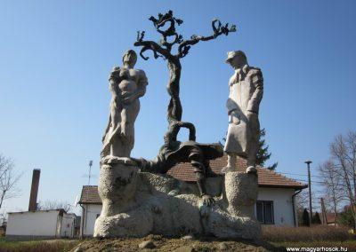 Varsány II.vh emlékmű 2012.04.03. küldő-kalyhas (2)