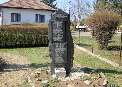 Varsány II.vh emlékmű 2012.04.03. küldő-kalyhas (3)
